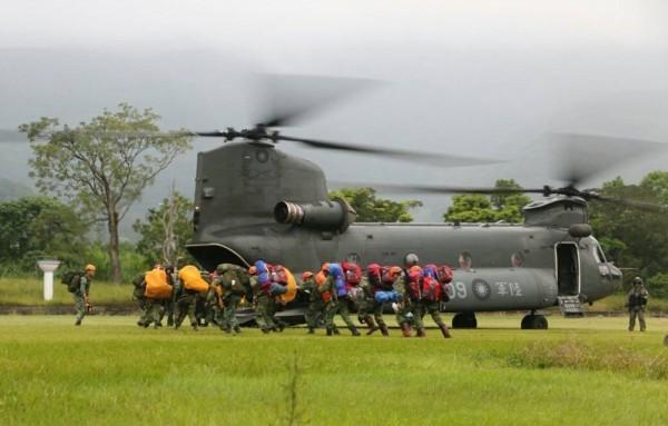 軍方派出特戰人員前往發現殘骸地點,尋獲2飛官遺體。(圖由軍方提供)