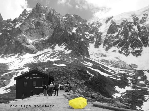 阿爾卑斯山。(圖擷自《在世界看見雨傘 The traveling umbrella》臉書專頁)