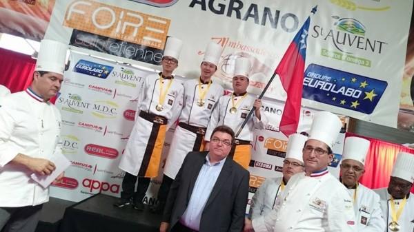 台灣代表隊在世界麵包大賽中得獎,領獎時與各國相同拿著國旗領獎。(取自Mondial Du Pain Ambassadeurs臉書)