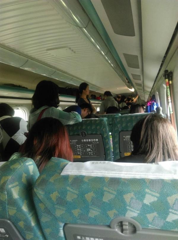 台灣高鐵北上138車次,受颱風影響,今天上午11點57分發生電力系統異常,目前暫停苗栗路段。經高鐵公司派員搶修後,12點33分重新發車。(圖由讀者提供)