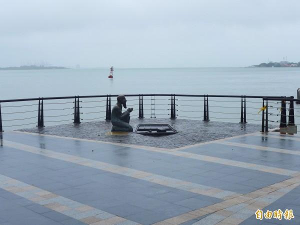 淡水區金色水岸邊的馬偕博士銅像。(記者李雅雯攝)