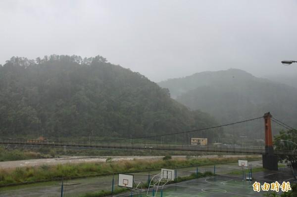 南庄康濟吊橋下的中港溪,河水尚未達暴漲程度。(記者鄭鴻達攝)