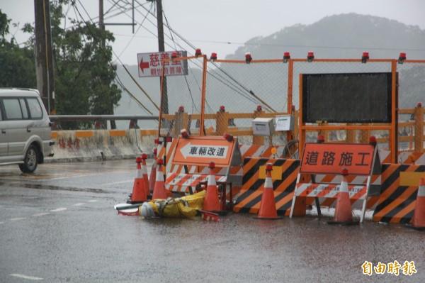 施工中的中港溪橋指揮假人,成為風災首位倒下的工作人員。(記者鄭鴻達攝)