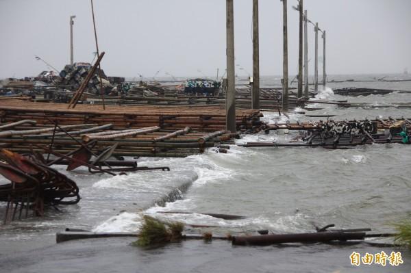 杜鵑颱風來襲,嘉縣東石沿海一帶海水沖上岸。(記者林宜樟攝)