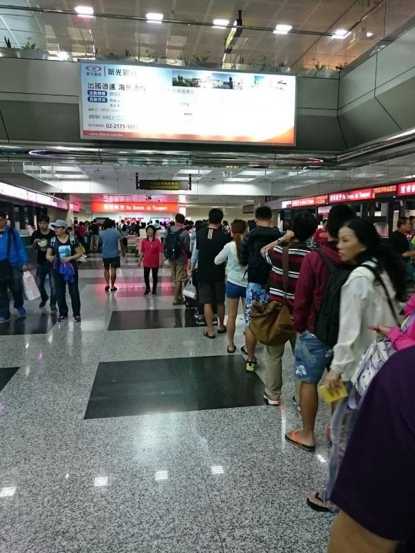 杜鵑攪局,馬公機場一早就擠滿排隊人潮。(圖由民眾提供)