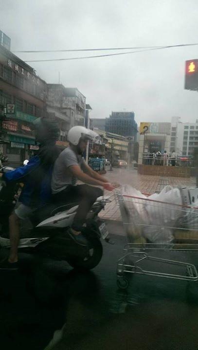網友鄭智全拍下疑似竊取賣場手推車畫面。(圖擷取自爆料公社)