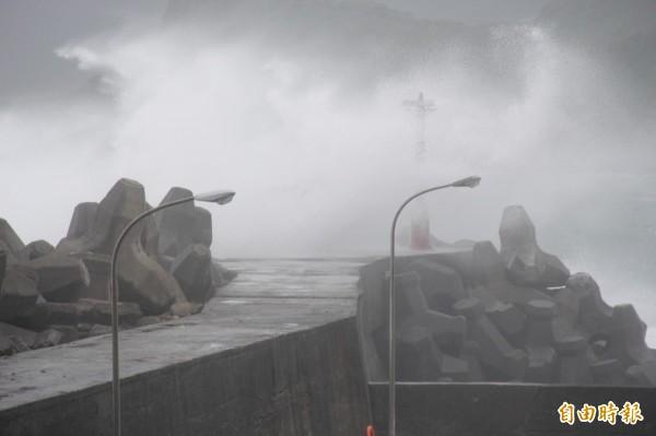 基隆市八斗子望海巷安檢所旁燈塔,強颱杜鵑帶來的大浪激起浪潮打在燈塔上,十分壯觀。(記者俞肇福攝)