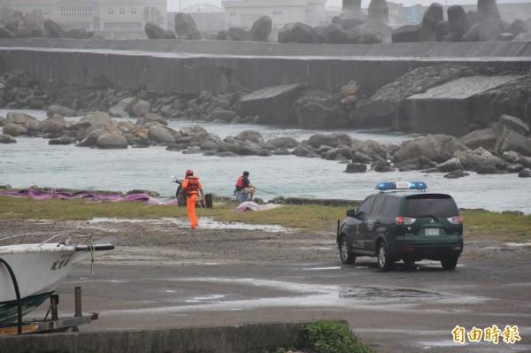 國立海洋大學小艇碼頭,有民眾在內港垂釣,海巡人員前往勸離,免生不測。(記者俞肇福攝)