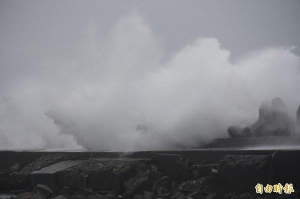 強颱杜鵑帶來的滔天巨浪,氣勢磅礡十分壯觀。(記者俞肇福攝)
