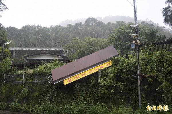 強颱杜鵑來襲,烏來山區溫泉業者的招牌不幸遭吹垮。(記者張安蕎攝)
