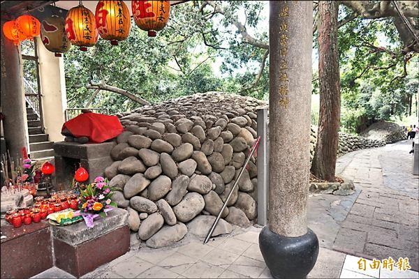 鯉魚伯公廟的來由就是這條宛如鯉魚的堤壩。(記者歐素美攝)