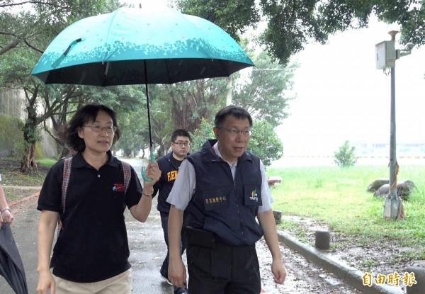 杜鵑颱風來襲,台北市長柯文哲(右)28日前往視察三腳渡,視察堤外停車場撤離作業。(影片截圖)(記者劉信德攝)