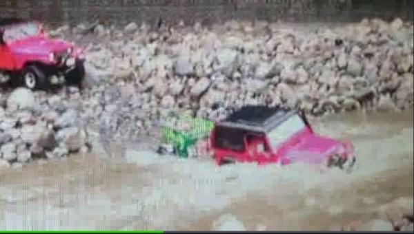 露營吉普車冒險涉溪,趕在洪水來臨前脫困。(圖擷取自民眾拍攝影片畫面)