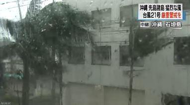 石垣島當地氣象站更是測出每秒71公尺的瞬間最大陣風,強烈陣風已對當地造成災情,街道上汽車紛紛因強風吹落物受到損害。(圖擷取自NHK)