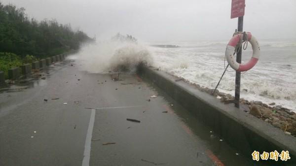 杜鵑颱風放了一天颱風假,讓鄉民燃起再多放一天的希望。(資料照,記者鄭淑婷翻攝)