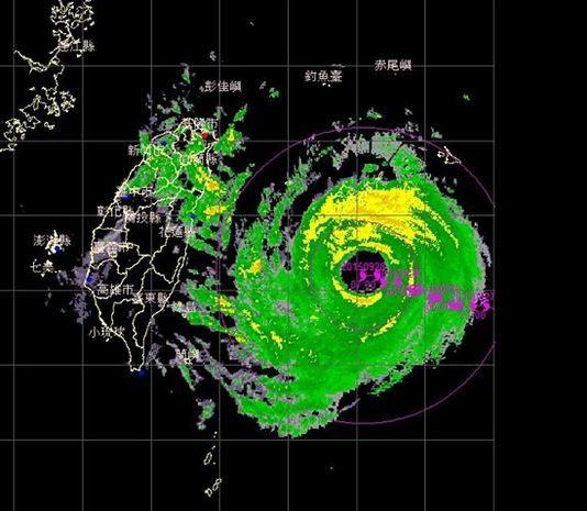 鄭明典表示,杜鵑颱風的特徵是「眼牆外的螺旋雨帶不明顯,但是眼牆雨帶很完整而寬廣」,是少見的大眼強颱。(圖擷取自鄭明典臉書)