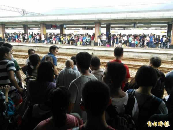 人潮擠滿台鐵花蓮站月台。(記者花孟璟攝)