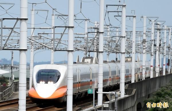 台灣高鐵北上138車次,受颱風影響,今天上午11點57分發生電力系統異常,目前暫停苗栗路段。經高鐵公司派員搶修後,12點33分重新發車。(資料照,記者朱沛雄攝)