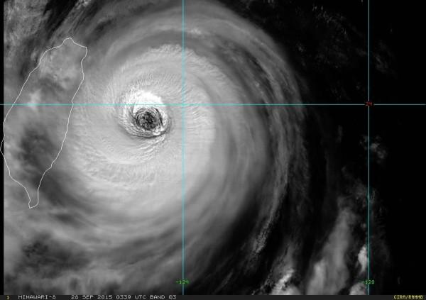 強颱杜鵑來勢洶洶,颱風眼清晰可見。(圖擷取自鄭明典臉書)