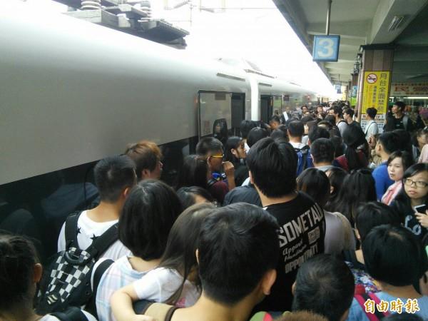 東幹線停駛 返北旅客:簡直像逃難。(記者花孟璟攝)