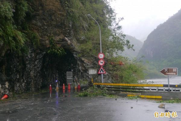 中橫公路於昨天下午4時封閉,今因白沙橋路段路基嚴重掏空,恐難恢復通車。(記者王峻祺攝)