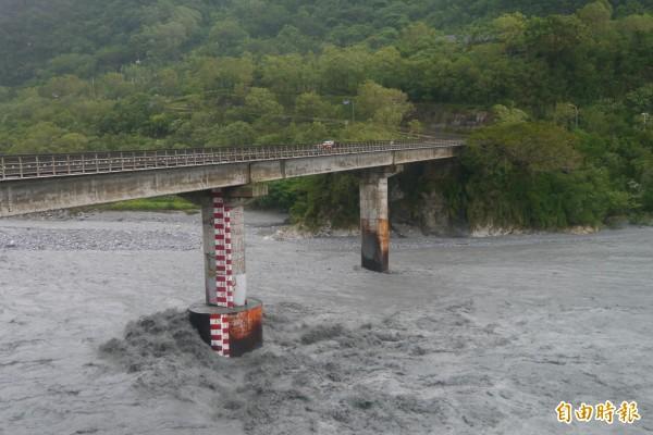 通往太魯閣國家公園管理處的錦文橋,橋下洪水滾滾,十分驚人。(記者王峻祺攝)