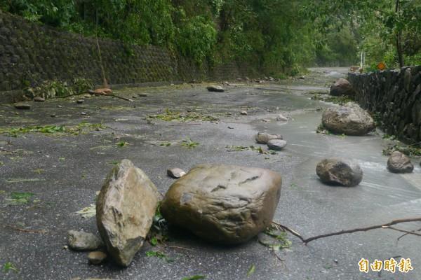 中橫公路部分路段出現坍方災情、邊坡落石及樹木掉落路面,暫無法預估搶通時間。(記者王峻祺攝)