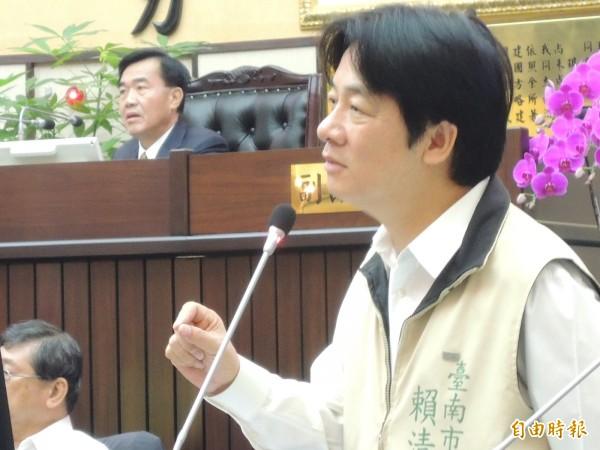 「蛤,在說我嗎?」市長賴清德指司法審判延宕,議長李全教在主席座上。(記者洪瑞琴攝)