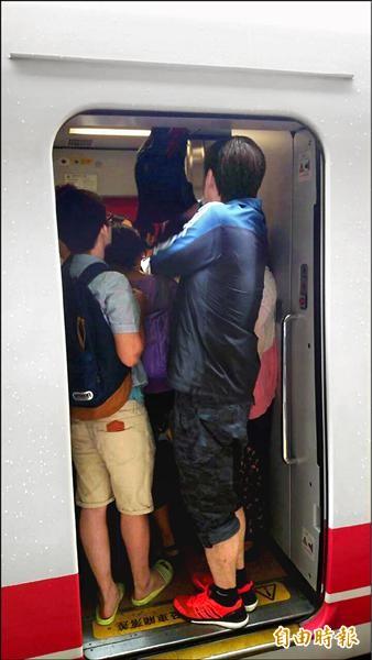 普悠瑪開放站票不加收50%,連走道都塞滿人。(記者花孟璟攝)