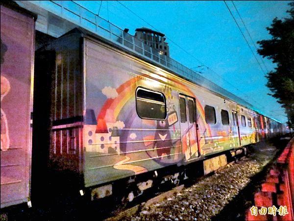 台鐵區間電車線,被強風吹下板模扯斷,導致沒電走不了,就卡在大慶站與台中站之間。(記者楊政郡攝)