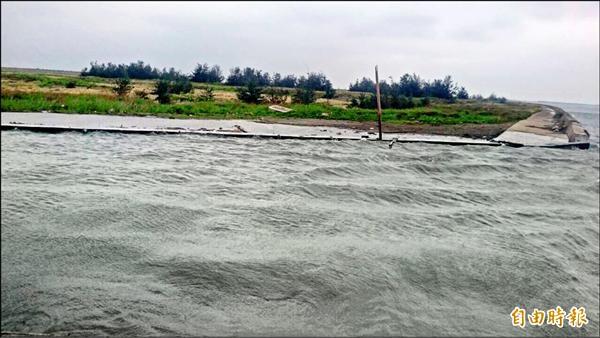 海水水位一度逼近雲林麥寮海豐村海堤最頂端。(記者陳燦坤攝)