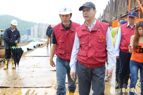 新北市長朱立倫(右)竟是杜鵑颱風北北基放假風波的惹禍及搶功者。(資料照,記者張安蕎攝)