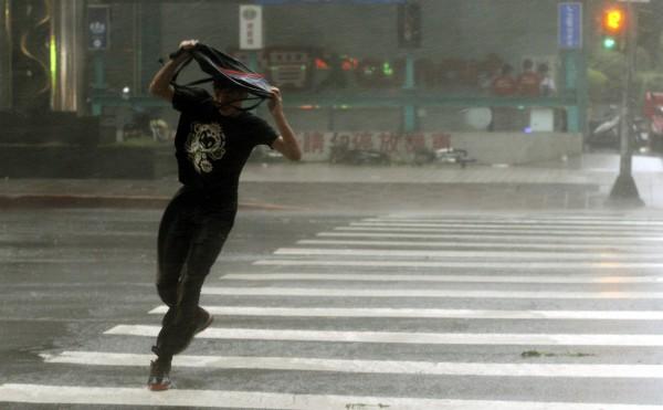 強颱杜鵑強大陣風足以把人吹走。(記者林正堃攝)