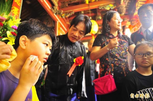 市長賴清德在典禮結束後還回頭關心暈倒的小學生。(記者王捷攝)