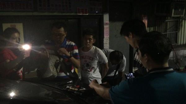 警方從蔡嫌(左三)包包內起獲改造手槍。(記者黃捷翻攝)