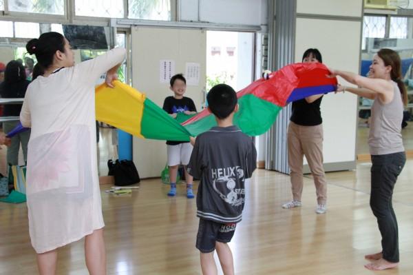 北藝大用藝術讓特教孩子發揮創意,進行學習探索。(台北藝術大學提供)