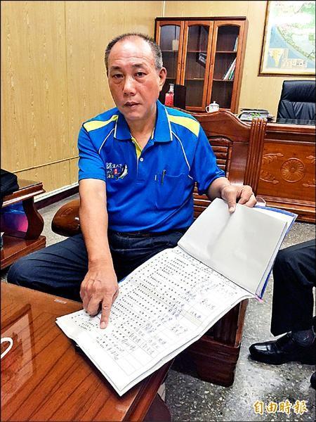 鎮長徐志雄指著台電代表事後才到場簽到的簽名欄。(記者陳彥廷攝)