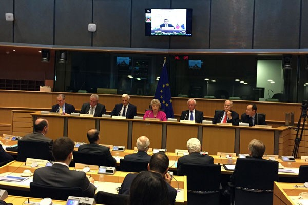 馬英九總統昨天應歐洲議會友台小組主席朗根邀請,與多名歐洲議會議員進行視訊會議。比利時國務部長艾斯肯斯在會中提醒,中國不守世貿組織的規範;馬對此回應,「我個人不會這麼擔心。」(中央社)