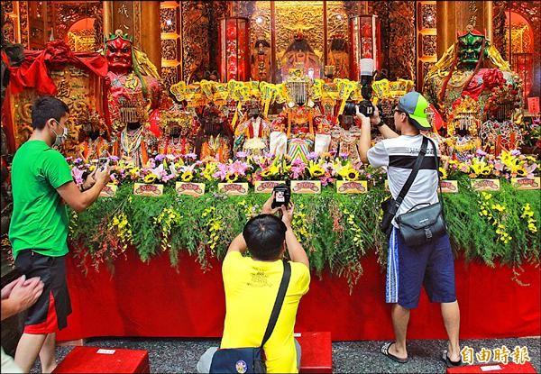 「媽祖聯合遶境祈福活動」開跑,各宮廟媽祖神尊一字排開,吸引不少信徒拍照。(記者陳冠備攝)