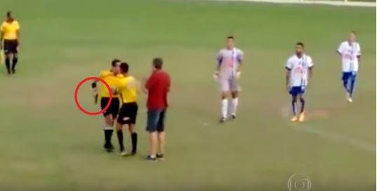 巴西足球裁判默塔(Gabriel Murta)與一名選手發生爭執,竟激動掏出手槍。(圖擷取自YouTube)