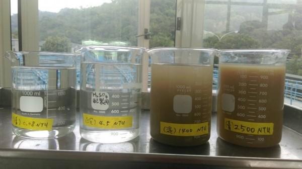 北水處提供照片清楚可見,濁度2千5百度原水相當混濁。(台北自來水事業處提供)