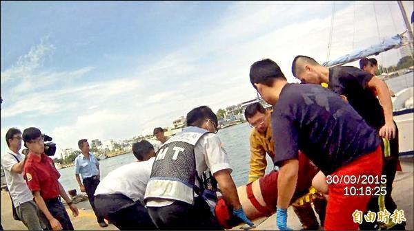 許姓船長在海面上載浮載沉數十分鐘,被龍丸號的船長救上來後送醫不治。(記者王捷攝)