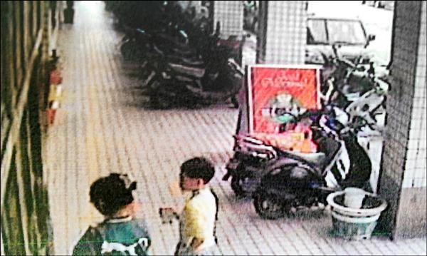 許童(右)被騙到大樓內,監視器拍下生前最後身影。(資料照,記者鄭淑婷翻攝)
