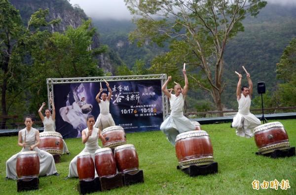 萬眾矚目的太魯閣峽谷音樂節,睽違10年後再次與優人神鼓合作,將於17、18兩日舉行,舞者以大山為背景、綠地為舞台,打出響徹峽谷的震撼鼓聲。(記者王峻祺攝)