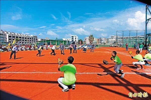 第六屆全國巨人盃國際少棒錦標賽開幕,市長賴清德等人為賽事開球。(記者黃文鍠攝)