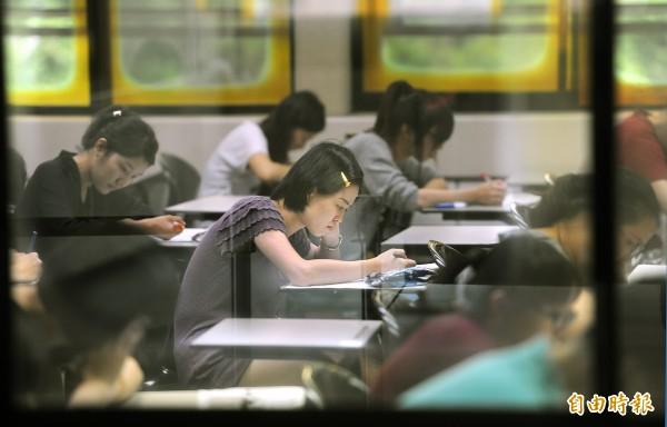 104年公務人員高等考試一級暨二級考試3日至4日舉行,試區服務台將提供防蚊噴劑。圖為102年公務人員高普考,與本新聞無關。(資料照,記者方賓照攝)