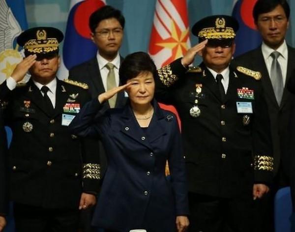 南韓總統朴槿惠今日出席南韓建軍67週年紀念儀式,致詞時表示:「北韓應該立即停止研發核子武器與彈道導彈。」(圖擷取自韓聯社)