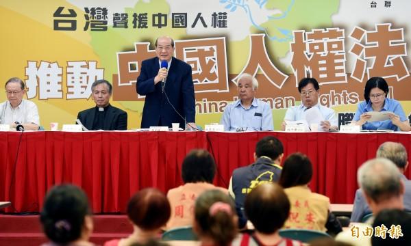 台聯1日上午召開記者會,宣布將在立法院推動「中國人權法立法」,台聯主席黃昆輝(左三)表示,台聯推動中國人權法,意在反制中共的「反分裂法」與新「國安法」。(記者朱沛雄攝)
