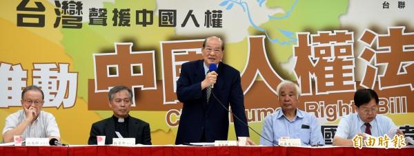 台聯1日上午召開記者會,宣布將在立法院推動「中國人權法立法」,台聯主席黃昆輝(中)表示,台聯推動中國人權法,意在反制中共的「反分裂法」與新「國安法」。(記者朱沛雄攝)