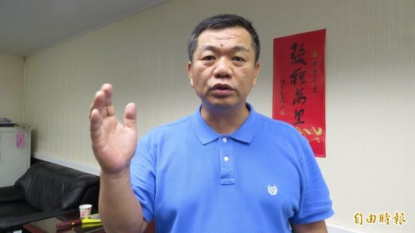 盧崑福批評綠營議員現場阻撓及撕毀海報的行逕,根本不尊重現場議員的質詢權。(記者蔡文居攝)